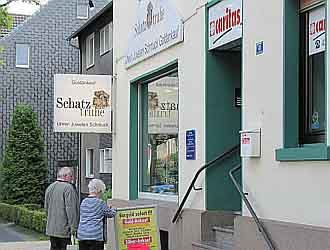 Kunden vor dem Gold verkaufen Fachgeschäft in Bochum.