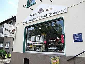 Außenwerbung und Schaufenster von der Schatztruhe Bochum.